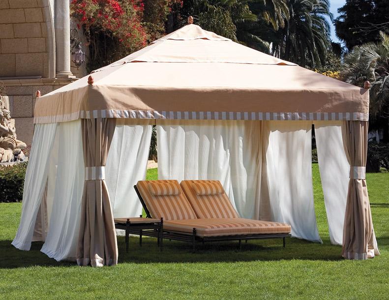 Giati - Premier Pavilion, Castillo Double Chaise & Table
