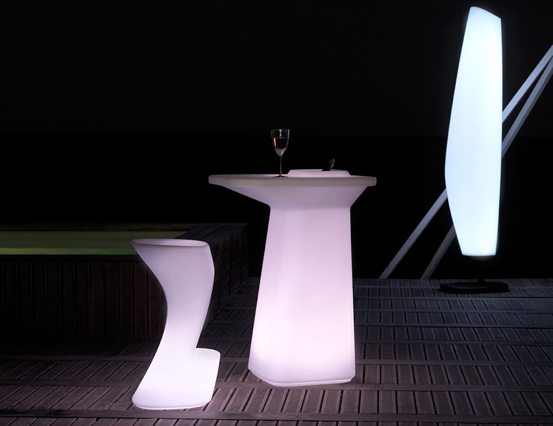 Vondom - Moma-Bar-Table-&-Stools,-Blanca-Lamp