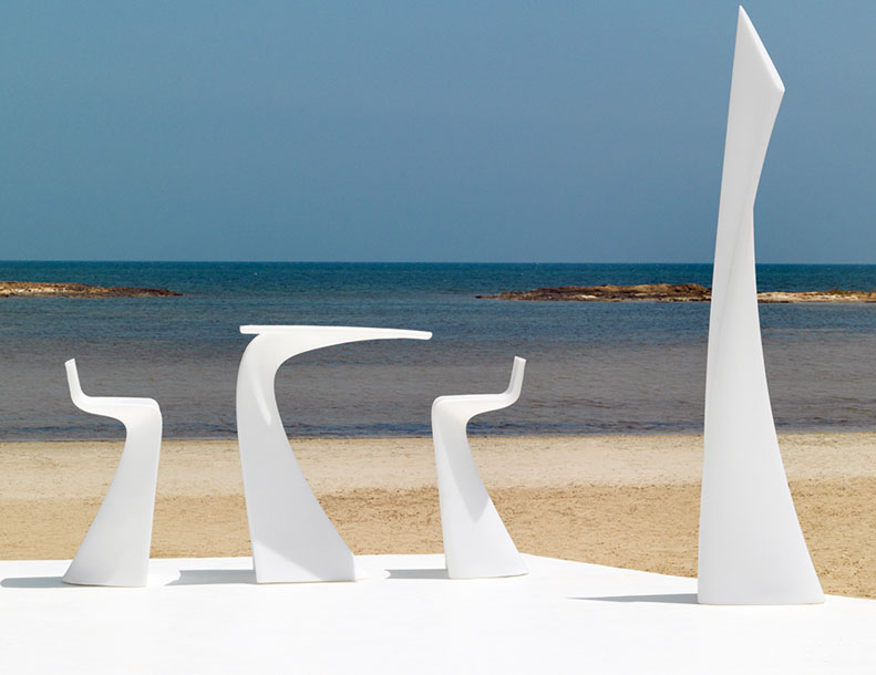 Vondom---Wing-Chairs,-Table-&-Lamp